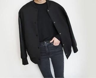 Harmonise une veste universitaire noire avec un jean skinny noir pour affronter sans effort les défis que la journée te réserve.