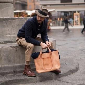 Comment porter un chapeau en laine marron clair: Marie une veste universitaire bleu marine avec un chapeau en laine marron clair pour une tenue idéale le week-end. Habille ta tenue avec une paire de des bottes de loisirs en cuir marron.