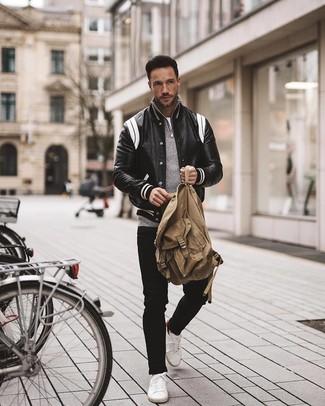Comment porter: veste universitaire en cuir noire et blanche, pull à col à fermeture éclair gris, t-shirt à col rond blanc, jean noir