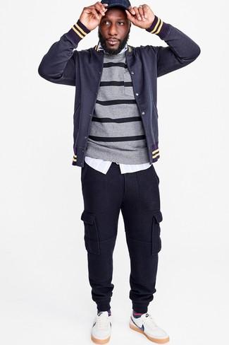 Comment porter: veste universitaire bleu marine, pull à col rond à rayures horizontales gris, chemise à manches longues à rayures verticales bleu clair, pantalon de jogging bleu marine