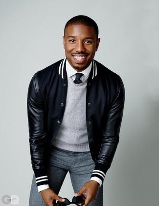 Comment porter: veste universitaire noire, pull à col rond gris, chemise de ville blanche, pantalon de costume en laine gris
