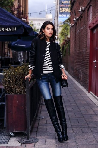 Une veste universitaire noire et un jean skinny bleu marine sont un choix de tenue idéale à avoir dans ton arsenal. Rehausse cet ensemble avec une paire de des cuissardes en cuir noires.