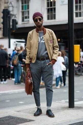 Comment porter un bonnet pourpre: Harmonise une veste universitaire marron clair avec un bonnet pourpre pour un look confortable et décontracté. Une paire de chaussures richelieu en cuir noires ajoutera de l'élégance à un look simple.