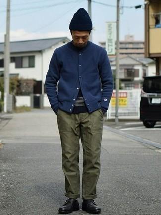 Comment porter des monks en cuir noirs: Harmonise une veste universitaire bleu marine avec un pantalon chino olive pour une tenue idéale le week-end. Jouez la carte classique pour les chaussures et assortis cette tenue avec une paire de monks en cuir noirs.