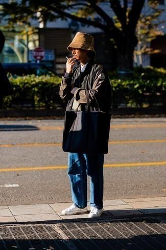 Comment porter une veste universitaire noire: Essaie de marier une veste universitaire noire avec un jean bleu pour un déjeuner le dimanche entre amis. Cet ensemble est parfait avec une paire de baskets basses en toile blanches.