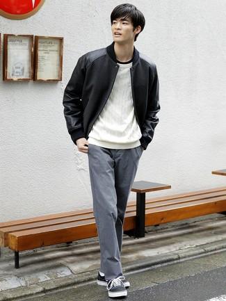 Comment porter: veste universitaire noire, pull torsadé blanc, t-shirt à col rond noir, pantalon chino gris
