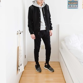 Comment porter une veste universitaire noire: Pense à associer une veste universitaire noire avec un pantalon de jogging noir pour un look idéal le week-end. Jouez la carte décontractée pour les chaussures et fais d'une paire de chaussures de sport gris foncé ton choix de souliers.