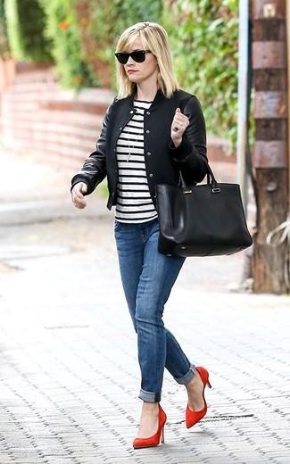 Une veste universitaire noire OVS et un jean bleu sont un choix de tenue idéale à avoir dans ton arsenal. Apportez une touche d'élégance à votre tenue avec une paire de des escarpins en daim rouges.