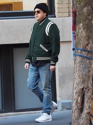 Comment porter: veste universitaire vert foncé, t-shirt à col rond noir, jean bleu clair, chaussures de sport blanches