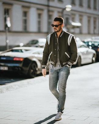 Comment porter une veste universitaire noire et blanche: Opte pour une veste universitaire noire et blanche avec un jean bleu clair pour un look de tous les jours facile à porter. Une paire de des baskets basses blanches est une option génial pour complèter cette tenue.