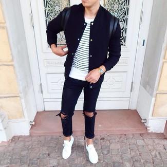 Comment porter: veste universitaire noire, t-shirt à col rond à rayures horizontales blanc et bleu marine, jean déchiré noir, baskets basses blanches
