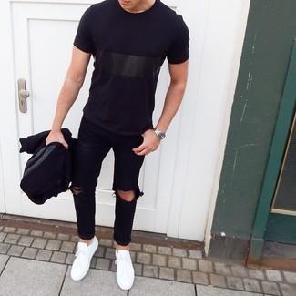 Comment porter un t-shirt à col rond noir: Opte pour un t-shirt à col rond noir avec un jean déchiré noir pour un look idéal le week-end. Habille ta tenue avec une paire de des baskets basses blanches.