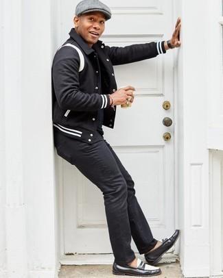 Comment porter une casquette plate: Essaie d'harmoniser une veste universitaire noire et blanche avec une casquette plate pour un look confortable et décontracté. Jouez la carte classique pour les chaussures et assortis cette tenue avec une paire de slippers en cuir noirs et blancs.