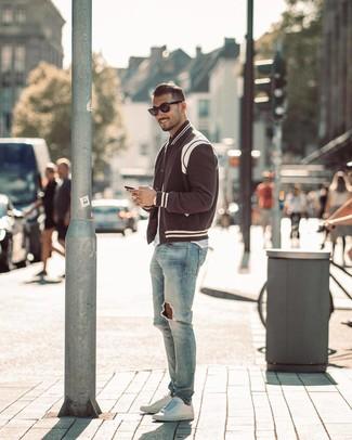 Comment porter: veste universitaire noire et blanche, t-shirt à col rond blanc, jean skinny déchiré bleu clair, baskets basses en cuir blanches