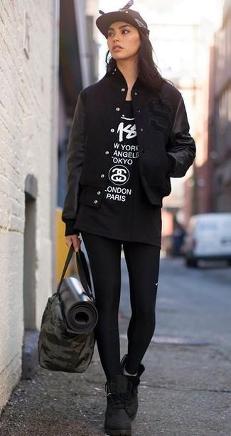 Garde une tenue relax avec une veste universitaire noire et des leggings noirs. D'une humeur audacieuse? Complète ta tenue avec une paire de des bottines plates à lacets en daim noires.