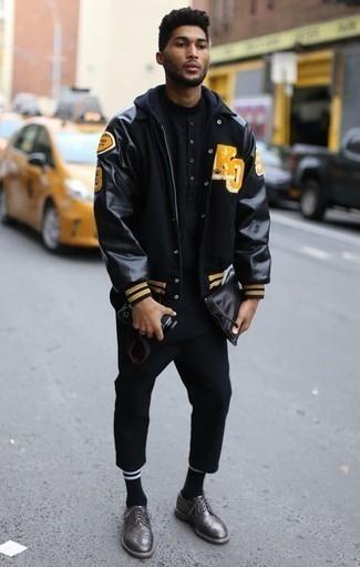 Comment porter un t-shirt à col rond noir: Essaie d'associer un t-shirt à col rond noir avec un pantalon chino noir pour affronter sans effort les défis que la journée te réserve. Jouez la carte classique pour les chaussures et choisis une paire de chaussures brogues en cuir gris foncé.