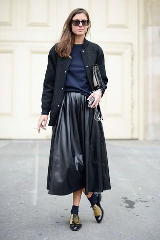 Pense à opter pour une veste universitaire noire femmes OVS et une jupe évasée en cuir noire pour une tenue idéale le week-end. Une paire de des chaussures richelieu en cuir dorées rendra élégant même le plus décontracté des looks.