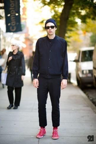 Comment s'habiller pour un style decontractés: Essaie d'associer une veste universitaire bleu marine avec un pantalon chino noir pour une tenue confortable aussi composée avec goût. Une paire de des baskets montantes en toile rouges apportera un joli contraste avec le reste du look.