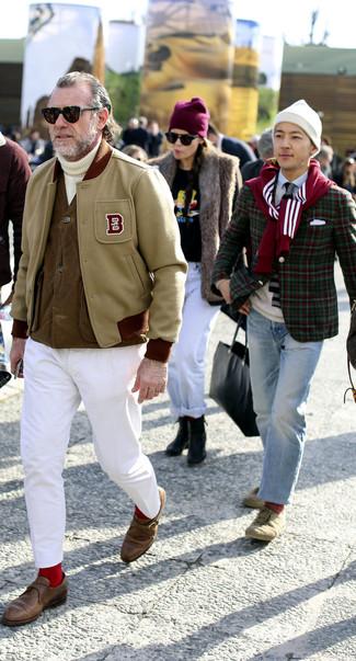Comment porter: veste universitaire beige, veste sans manches marron, pull à col roulé en tricot blanc, pantalon chino blanc