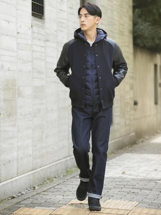 Comment porter: veste universitaire noire, veste sans manches bleu marine, t-shirt à col rond blanc, jean bleu marine