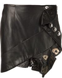 Associe un trench brun clair avec une minijupe pour une tenue idéale le week-end.