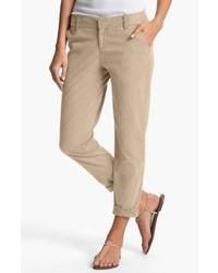 La polyvalence d'une chemise en jean et d'un pantalon chino en fait des pièces de valeur sûre.