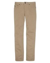 Essaie d'harmoniser un blazer gris foncé avec un pantalon chino pour achever un look habillé mais pas trop.