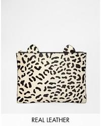 Pochette en daim imprimée léopard beige Asos