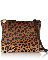 Pochette en daim imprimée léopard brune Clare Vivier