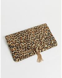 Pochette en daim imprimée léopard marron clair ASOS DESIGN