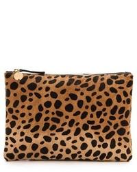 Pochette en daim imprimée léopard marron Clare Vivier