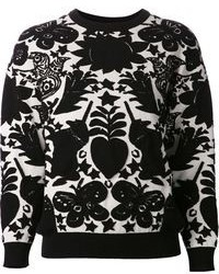 Harmonise des slippers en daim noirs avec un pull à col rond pour un look de tous les jours facile à porter.