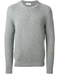 Quelque chose d'aussi simple que d'harmoniser un blazer gris foncé avec un pull à col rond peut te démarquer de la foule.