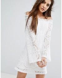 Robe à épaules dénudées en dentelle blanc PrettyLittleThing