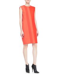 Essaie d'harmoniser un trench brun avec une robe droite pour se sentir en toute confiance et être à la mode.