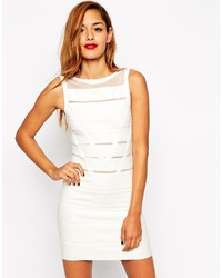 Femme en robe moulante blanche