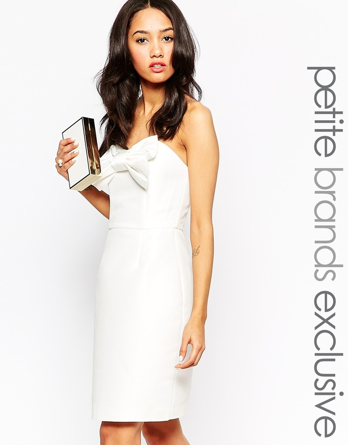 Comment porter une robe moulante blanche