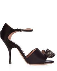 Sandales à talons en satin ornées noires