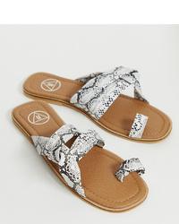 Sandales plates en cuir imprimées serpent grises Missguided
