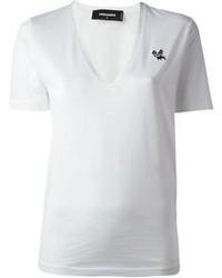 Pense à opter pour un short en denim bleu et un t-shirt à col en v pour obtenir un look relax mais stylé.