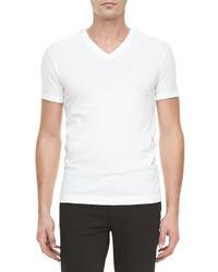 Opte pour un jean bleu marine avec un t-shirt à col en v pour obtenir un look relax mais stylé.