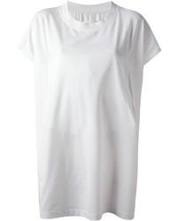 Marie des slippers en daim noirs avec un t-shirt à col rond pour créer un style chic et glamour.