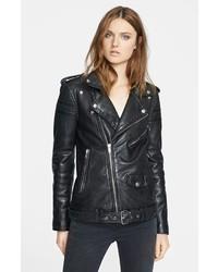 Associer un jean rose avec une veste motard est une option confortable pour faire des courses en ville.